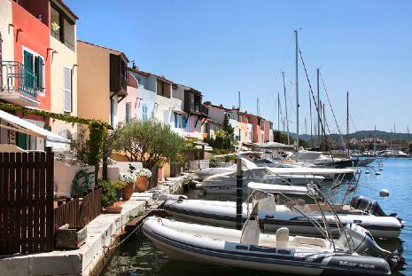 Port Grimaud - Logiservice Marina devant les habitations de la cite lacustre du Var 83